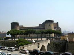 Napoli. Il Castelnuovo dal ponte di palazzo reale (foto dell'a. 2008).