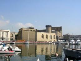 Napoli. La cittadella ed il Castelnuovo dalla darsena Acton (foto dell'a.2008).