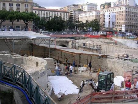 Napoli. La cittadella intorno a Castelnuovo.  Torrione  scoperto nei lavori della Stazione Metropolitana linea 1 di piazza Municipi (foto dell'a.2008)