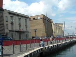 Napoli. Le fortificazioni marittime intorno Castelnuovo, oggi lungo la via Acton e la darsena (foto dell'a.2008).