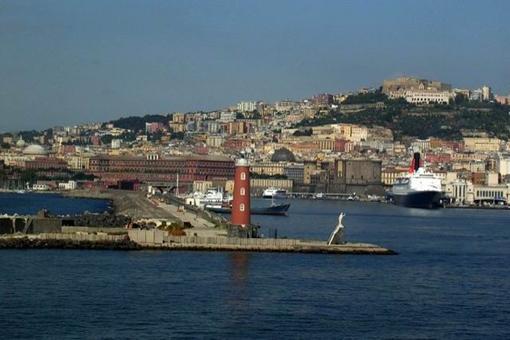 Napoli. Il fronte mare storico del porto di Napoli con il Castelnuovo aragonese ed il molo Beverello, visti dal mare, con in primo piano il faro (foto dell'a. 2007).