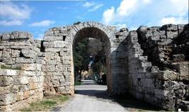 Poseidonia-Paestum . La Porta Sirena nelle mura antiche restaurate (foto dell'a. 2004)