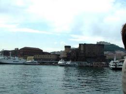 Napoli. Il Castelnuovo ed il fronte a mare storico  con il molo Beverello, visti dalla  nave (foto dell'a. 2008)