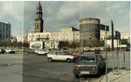 Napoli. Il torrione circolare superstite della cinta marittima aragonese, innanzi al campanile del Carmine (foto dell'a. 2005)