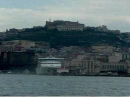 Napoli. Il fronte a mare e castel S.Elmo ( foto dell'a. 2007)