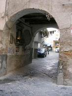 Napoli. Accesso voltato al Fondaco di via San Paolo (foto dell'a. 2004).