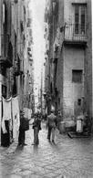 Napoli. Una strada rettilinea del quartiere San Giuseppe, ex territorio di Santa Marta, prima della demollizione nel 1937 (da T. Colletta, Napoli città portuale e mercantile …. 2006, cap.V).