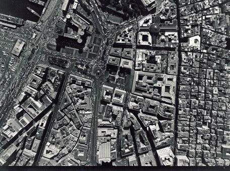 Napoli. La foto area zenitale mostra il Rione Carità oggi  tra l'asse di via Toledo sulla destra della immagine e la strada di via Medina al centro in direzione di Castelnuovo (da T. Colletta, Napoli città portuale e mercantile, cap.V, 2006).