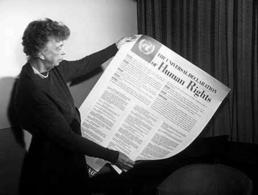 Eleonor Roosvelt mostra il testo della Dichiarazione dei Diritti dell'Uomo