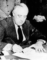 Il presidente Roosevelt firma l'accordo di Yalta. Fonte: National Archives