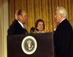 Il giuramento del Vice Presidente Ford a seguito delle dimissioni di Nixon