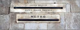 Targhe in marmo di confronto tra il doppio braccio ed il metro