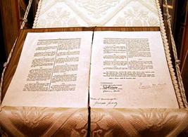 La copia anastatica della Costituzione firmata il 27 dicembre 1947
