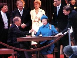 1982 Ottawa: la signature par Sa Majestè de la promulgation de la Loi Constitutionelle de 1982.