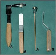 Martelletto (A) e plessimetro (B) impiegati per la percussione armata nei grossi animali.