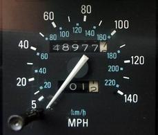 Figura 1.8. Il tachimetro di un'automobile per il mercato americano mostra la velocità in MPH (miglia per ora) e in km/h (immagine tratta da: Dolorean)