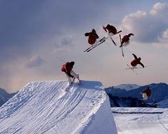 Figura 8.2. Il salto libero di uno sciatore: il centro di massa percorre una traiettoria parabolica (immagine tratta da wikipedia).