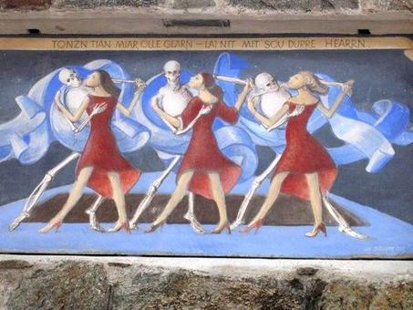 L'immagine desta la memoria attiva a cercare nell'enciclopedia la storia giusta. Trionfo della morte, muro di cinta del cimitero di Plaus, Val Venosta.