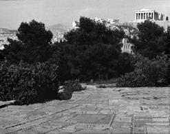 Dimitris Pikionis, parco sul pendio del Filopappo, adiacente all'Acropoli di Atene (1955)