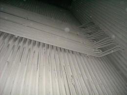 Foto di un banco di tubi surriscaldatori nel condotto fumi circondato da pareti tubiere dell'evaporatore. Immagine da Wikimedia commons