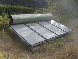 Esempio di collettori solari piani con sistema a circolazione naturale. Immagine da Wikimedia commons