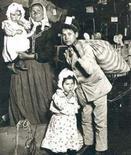 Famiglia di emigranti italiani a fine Ottocento arrivati a Ellis Island