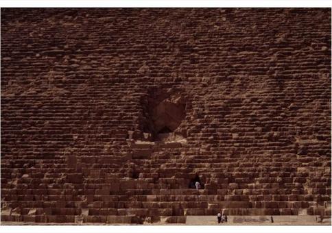 La porta dell'ingresso segreto alla camera funeraria, nel fianco della piramide di Cheope, circa 2.400 a.C., Giza (Egitto) Foto di Corinna Rossi