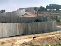 """""""Israeli West Bank Barrier"""" – """"Jidār al-faṣl al-ʿunṣūrī"""" (muro di separazione razziale), 700 km, Palestina, 2003 – oggi. Fonte: BlogSpot"""