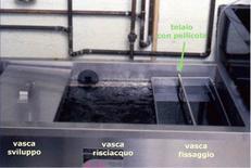 Telaio immerso nella vasca del fissaggio