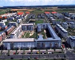 Hannover, Ecoquartiere Kronsberg 1996-2000. 3.000 unità abitative. 75% di riduzione di CO2, rispetto a costruzioni convenzionali, attraverso sistemi costruttivi a basso consumo energetico, certificati, reti di teleriscaldamento, 2 impianti eolici. Fonte: Legambiente