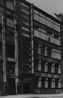 Arch. Erich Mendelshon, Grande Magazzino Deukon Haus, Berlino, 1927. La fascia verticale dell'insegna ripiega a formare la pensilina di ingresso