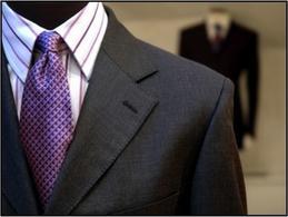 Esposizione di abbigliamento maschile all'interno di una boutique sartoriale