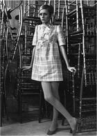 La modella Twiggy con una minigonna di Mary Quant