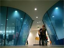 Comme des Garçon, flagship store. Ayoama Tokyo Le vetrine sono offuscate da velature celesti