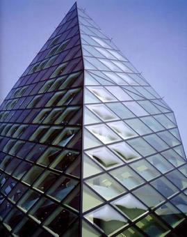 Prada epicentro, Tokyo, 2003, Arch.tti Herzog & De Meuron. Facciata con articolazione delle tamponature in vetro
