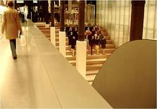 Vista dal piano terra verso la rampa di accesso al piano seminterrato