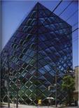 La facciata presenta una struttura metallica a maglie romboidali tamponate da lastre in vetro