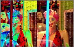 Riproduzione di una vetrina allestita da Andy Warhol