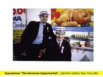 Sullo sfondo, una fotografia di Roy Lichtenstein