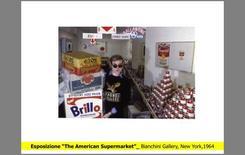 Andy Warhol durante l'esposizione alla Bianchini Gallery