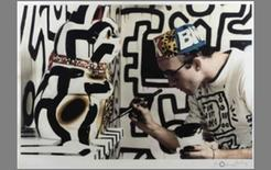 Keith Haring al lavoro all'interno del Pop Shop