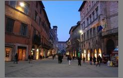 Immagine di una strada commerciale in un centro storico
