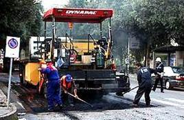 Asfaltatura di una strada. Fonte: wikipedia.