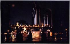 Don Giovanni, scene di Ezio Frigerio: in evidenza il pungo praticabile. Fonte: foto di scena, Archivio spettacoli del Teatro Alla Scala di Milano