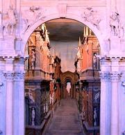Teatro Olimpico, Vicenza, XVI secolo: le scene lignee di Vincenzo Scamozzi visibili oltre la porta regia del proscenio. Fonte: Wikimedia Commons