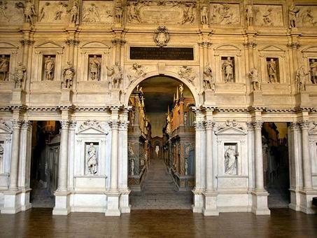 Il Teatro Olimpico di Vicenza, foto del proscenio e delle scene fisse. Fonte: Wikimedia Commons