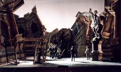 Tosca, scene di Margherita Palli, Teatro alla Scala di Milano, 1996. Fonte: foto di Andrea Tamoni