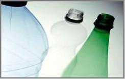 La materia plastica, usata per fabbricare bottiglie e altri oggetti di uso quotidiano, è fatta di atomi
