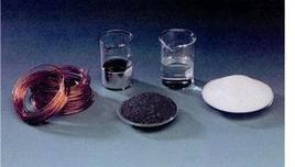 Una mole di (da sinistra a destra): rame, mercurio, acqua, carbonio, cloruro di sodio