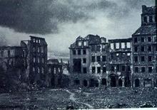 Centro storico di Varsavia, piazza del Mercato dopo i bombardamenti